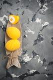 Oeufs et coeur de pâques à crochet jaunes Images libres de droits