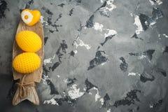 Oeufs et coeur de pâques à crochet jaunes Photos stock