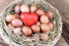 Oeufs et coeur rouge dans un panier Photo libre de droits