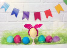 Oeufs et drapeaux de pâques décoration pour des vacances de Pâques avec les drapeaux faciles de DIY Pâques Foyer sélectif de styl Photographie stock