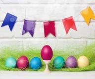 Oeufs et drapeaux de pâques décoration pour des vacances de Pâques avec les drapeaux faciles de DIY Pâques Foyer sélectif de styl Images libres de droits