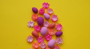 Oeufs et fleurs de pâques faits de papier sur un fond jaune Les couleurs sont roses, Bourgogne, fuchsia et jaune Ressort Photographie stock
