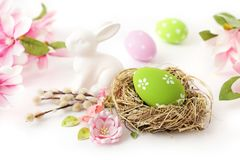 Oeufs et fleurs de pâques sur le blanc Images stock