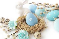 Oeufs et fleurs de pâques sur le blanc Photos stock