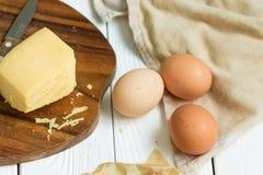 Oeufs et fromage avec la serviette sur un fond en bois blanc clair, plan rapproché, horizontal Image libre de droits