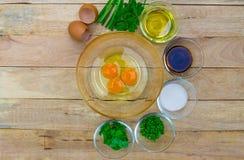 Oeufs et ingrédients crus sur le fond en bois Image libre de droits