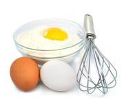 Oeufs et ingrédients de farine pour la préparation de la pâte images libres de droits