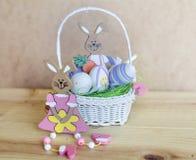 Oeufs et lapins de pâques dans le petit panier blanc Image libre de droits