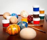 Oeufs et peinture de pâques Photo stock