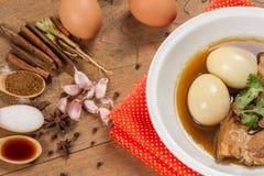 oeufs et porc en sauce brune Photos libres de droits