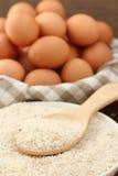 Oeufs et riz cru Photo stock