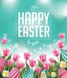 Oeufs et texte heureux de tulipes de Pâques Photographie stock