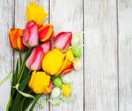 Oeufs et tulipes de pâques Image stock
