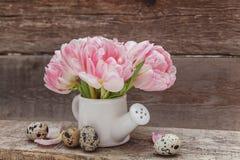 Oeufs et tulipes de pâques sur le fond en bois images stock