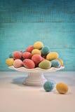 Oeufs et tulipes scintillants de couleur pour Pâques Image stock