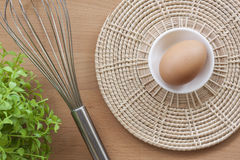Oeufs faisant cuire pour le petit déjeuner, un jaune de forme de protéine et l'albumen sur un fond blanc, ou sur une table en boi Images stock