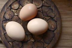 Oeufs faits maison de poulet sur un support en bois Photographie stock