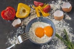 Oeufs frais de pays Jaunes des oeufs dans une cuvette en céramique bleue cuisinier Photographie stock libre de droits