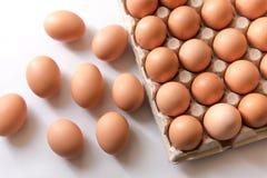 Oeufs frais de 123/5000 poulet sur un fond blanc Photos stock