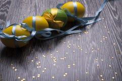 Oeufs jaunes et verts Photographie stock libre de droits
