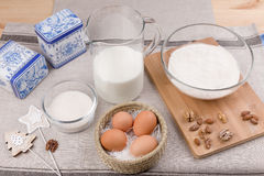 Oeufs, lait, sucre, farine Photo stock
