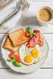 Oeufs, lard et pain grillé pour le petit déjeuner image stock