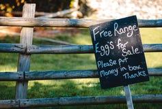 Oeufs libres de gamme à vendre le signe photographie stock libre de droits