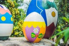 Oeufs multicolores dans l'herbe Chasse à oeufs de pâques, dehors Célébration des vacances de Pâques Photos libres de droits