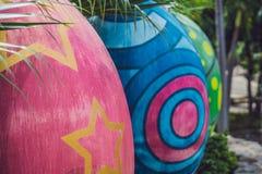 Oeufs multicolores dans l'herbe Chasse à oeufs de pâques, dehors Célébration des vacances de Pâques Photo libre de droits