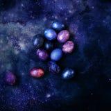 Oeufs multicolores sur un fond de l'espace photographie stock libre de droits