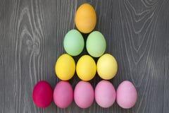 Oeufs peints colorés Célébration de Pâques Image stock