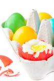 Oeufs peints colorés dans un panier photo stock