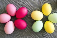 Oeufs peints colorés sur le fond gris Célébration de Pâques Image stock