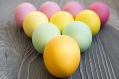Oeufs peints colorés sur une table grise Célébration de Pâques Photo libre de droits