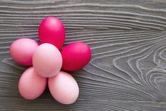 Oeufs peints colorés sur une table grise Célébration de Pâques Photos libres de droits