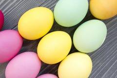 Oeufs peints colorés sur une table grise Célébration de Pâques Image libre de droits