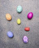 Oeufs peints lumineux et colorés pour Pâques, présentés dans un endroit de frontière de rangée pour la fin rustique de vue supéri Image stock