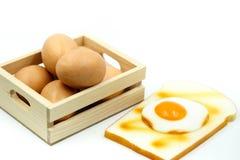 Oeufs pour le petit déjeuner avec du pain grillé Photos libres de droits
