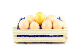 Oeufs pour Pâques dans une boîte en bois Image libre de droits