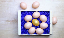 Oeufs pour Pâques dans une boîte en bois Images libres de droits