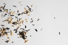 Oeufs qui sont parfaitement blancs et jaunes en couleurs, et mangé avec la coquille d'oeuf et les feuilles de thé photographie stock