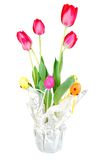 Oeufs roses de tulipes et de pâques. Images stock