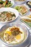 Oeufs sautés Petit déjeuner, Thaïlande sur le fond blanc photos stock