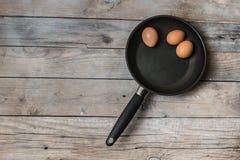 3 oeufs sur la casserole Images stock