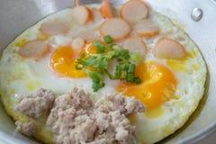 Oeufs sur la casserole pour le petit déjeuner Images stock
