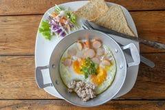 Oeufs sur la casserole pour le petit déjeuner et le café noir Photographie stock libre de droits