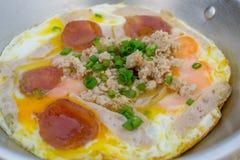 Oeufs sur la casserole pour le style local de nourriture de la Thaïlande de petit déjeuner Photo libre de droits