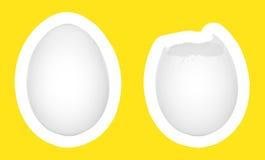 Oeufs sur le blanc avec le fond jaune Photos libres de droits