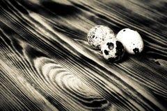 Oeufs sur le nouveau conseil en bois Foyer sélectif toned photos stock