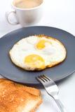 Oeufs sur le plat, café et pain grillé Photographie stock libre de droits